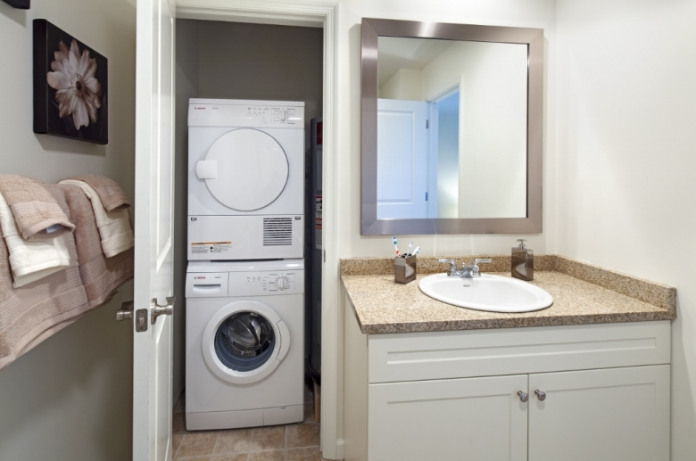 3600 West Broad bathroom/laundry
