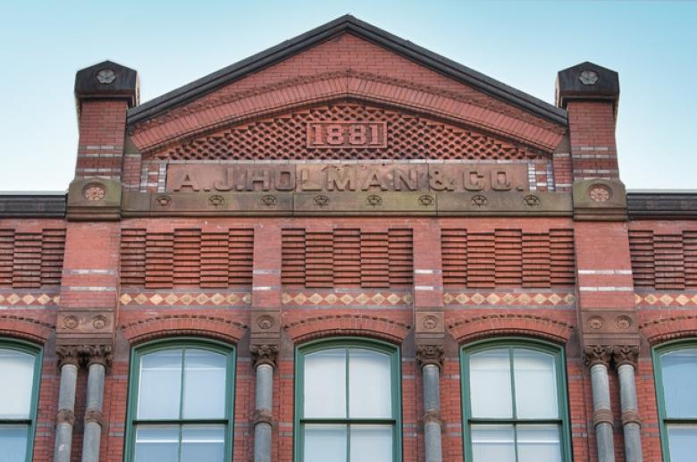 1222 Arch facade close-up